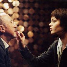 Anna Falchi e Carlo Delle Piane in una scena di Nessun messaggio in segreteria