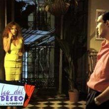 Carmen Maura e Antonio Banderas in una lobbycard promozionale per La legge del desiderio