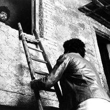 Tony Musante si reca a far visita a Mario Adorf, pittore dalle strane abitudini alimentari in una scena de L'uccello dalle piume di cristallo