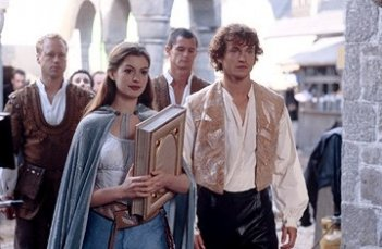 Anne Hathaway e Hugh Dancy in una scena di Ella Enchanted