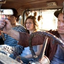 Damon Herriman, Jared Padalecki ed Elisha Cuthbert in una scena de La maschera di cera