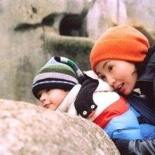 Maggie Cheung e il piccolo James Dennis in una scena di Clean