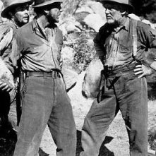 Tim Holt, Humphrey Bogart e Walter Huston in una scena de Il tesoro della Sierra Madre