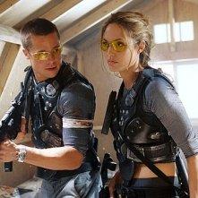 Brad Pitt e Angelina Jolie in una scena del film d'azione mr. and Mrs. Smith