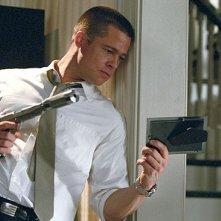 Brad Pitt in una sequenza d'azione di mr. and Mrs. Smith