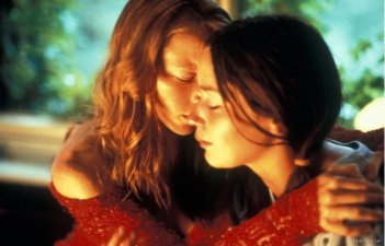Nathalie Press ed Emily Blunt in una scena del film My Summer of Love