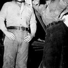 Tim Holt e Humphrey Bogart in una scena de Il tesoro della Sierra Madre