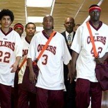 Rick Gonzalez, Robert Ri'Chard, Antwon Tanner, Samuel L. Jackson e Nana Gbewonyo in una scena di Coach Carter