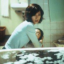 Hitomi Kuroki e la piccola Rio Kanno in una scena di Dark Water