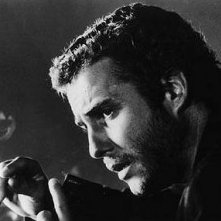 Un'immagine in bianco e nero di William Petersen in una scena di Manhunter
