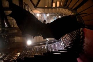 Christian Bale in una sequenza d'azione di Batman Begins