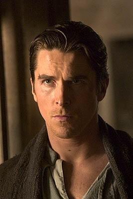 Christian Bale in una scena di Batman Begins di Nolan