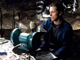 la star Christian Bale in una scena di Batman Begins