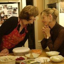 Uma Thurman con Meryl Streep in una scena del film Prime