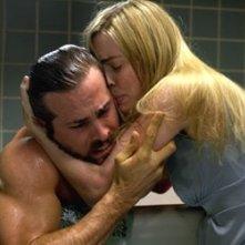 Melissa George e Ryan Reynolds in una scena drammatica di The Amityville Horror