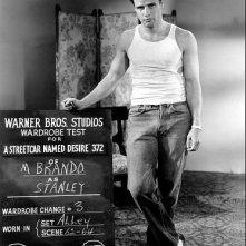 Marlon Brando prova i costumi per Un tram che si chiama desiderio