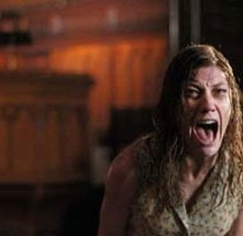 Laura Linney in una scena di The Exorcism of Emily Rose