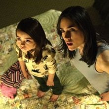 Ariel Gade e Jennifer Connelly in una scena di Dark Water