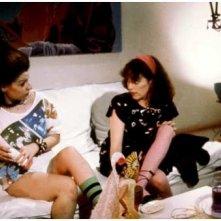 Carmen Maura e Olvido Gara in una scena di Pepi, Luci, Bom e le altre ragazze del mucchio