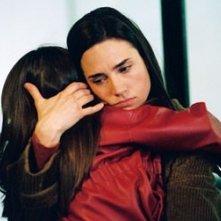Jennifer Connelly abbraccia la bimba che interpreta sua figlia in una scena di Dark Water