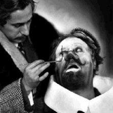 Josef von Sternberg trucca l'attore Emil Jannings sul set de L'angelo azzurro