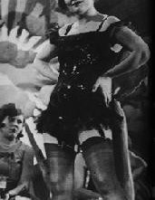 Marlene Dietrich è Lola-Lola nel film L'angelo azzurro