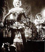 Marlene Dietrich si esibisce come Lola-Lola ne L'angelo azzurro