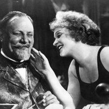 Marlene Dietrich ed Emil Jannings in una scena de L'angelo azzurro