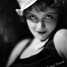 Marlene Dietrich in una splendida foto promozionale per L'angelo azzurro