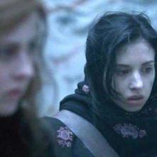Katharine Isabelle ed Emily Perkins in una scena di Licantropia