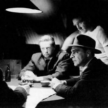 Riedenschneider (Sam Jaffe) impartisce istruzioni a Dix (Sterling Hayden), Louis (Anthony Caruso) e Gus (James Whitmore)