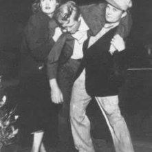 Dix (Sterling Hayden) ferito sorretto da Doll (Jean Hagen) e da un passante