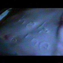 La richiesta d'aiuto scritto sul ventre della piccola Regan (Linda Blair)