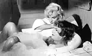 Marilyn Monroe e Tony Curtis sul set di A qualcuno piace caldo di Billy Wilder