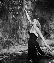 Anita Ekberg nella scena simbolo de LA DOLCE VITA