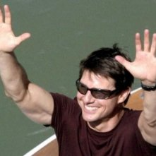 Tom Cruise saluta i fan sul set di Mission: Impossible III