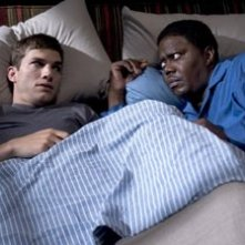 Ashton Kutcher a letto con Bernie Mac in Indovina Chi