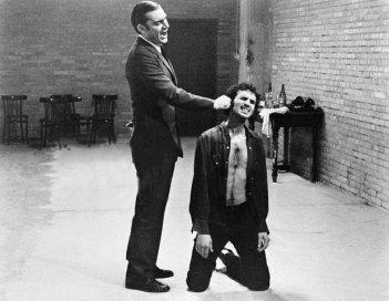 Gian Maria Volontè e Sergio Tramonti in una scena di Indagine su un cittadino al di sopra di ogni sospetto