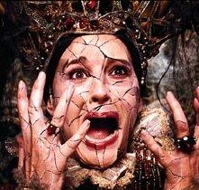 Monica Bellucci in una scena del fantasy I fratelli Grimm
