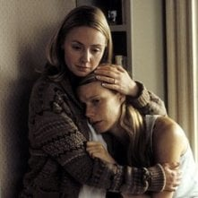 Gwyneth Paltrow ed Hope Davis in una scena di Proof