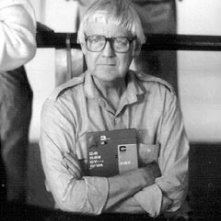 Il regista Robert Wise su un set cinematografico