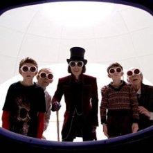 Jordan Fry, Adam Godley, Johnny Depp, Freddie Highmore e David Kelly in una scena de la Fabbrica di cioccolato