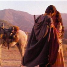 Bruce Campbell con Embeth Davidtz in una scena de L'ARMATA DELLE TENEBRE