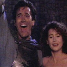 Bruce Campbell accanto a Embeth Davidtz in una scena de L'ARMATA DELLE TENEBRE