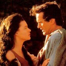 Embeth Davidtz e Bruce Campbell in una scena de L'ARMATA DELLE TENEBRE