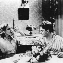 Mae Clarke e James Cagney nella celebre scena del pompelmo di Nemico Pubblico