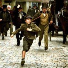 il giovane attore Barney Clark in una scena di Oliver Twist