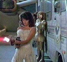 Daphne Zuniga in una scena di BALLE SPAZIALI