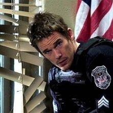 Ethan Hawke in una scena di Assault on Precint 13