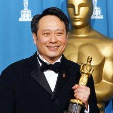 Ang Lee con l'Oscar per La tigre e il dragone